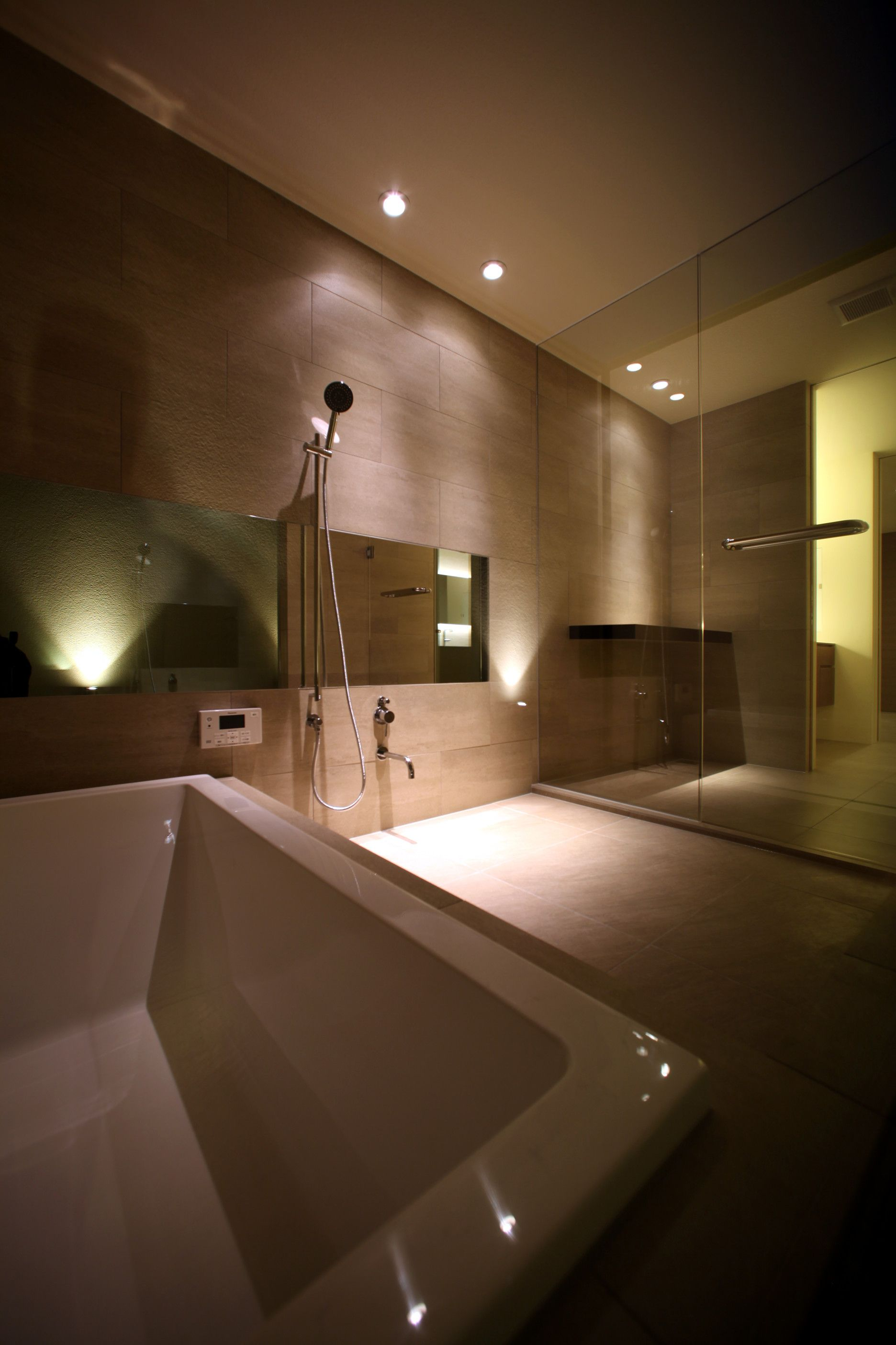 壁と床に同色のタイルを用いることで 落ち着いた空間にしています 浴室 タイル シャワー 脱衣 お風呂 鏡 照明 Bathroom Tile Shower Changingroom Mirror Lighting お風呂 家 シャワー