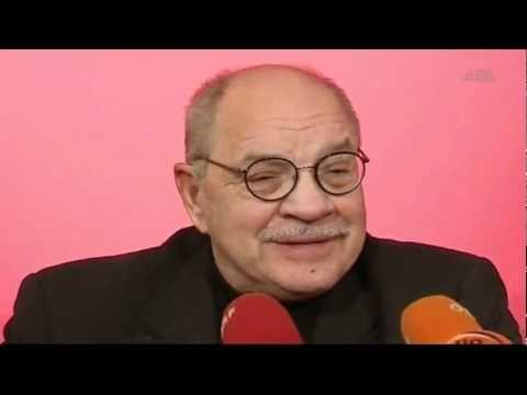 """Drehbuchautor Paul Schrader für Premiere in Wien  Als Drehbuchautor des von Martin Scorsese inszenierten Films """"Taxi Driver"""" feierte er seinen Durchbruch mit eigenen Regiearbeiten wie """"American Gigolo"""" und """"Light Sleeper"""" erlangte er ab Ende der 70er Jahre Kultstatus. Derzeit ist Paul Schrader jedoch vorrangig als Autor eines Theaterstücks in Wien: Am Mittwoch feiert """"Der Cleopatra Club"""" im stadtTheater Walfischgasse europäische Erstaufführung.  From: walfisch1010  #Theaterkompass #TV #Video…"""
