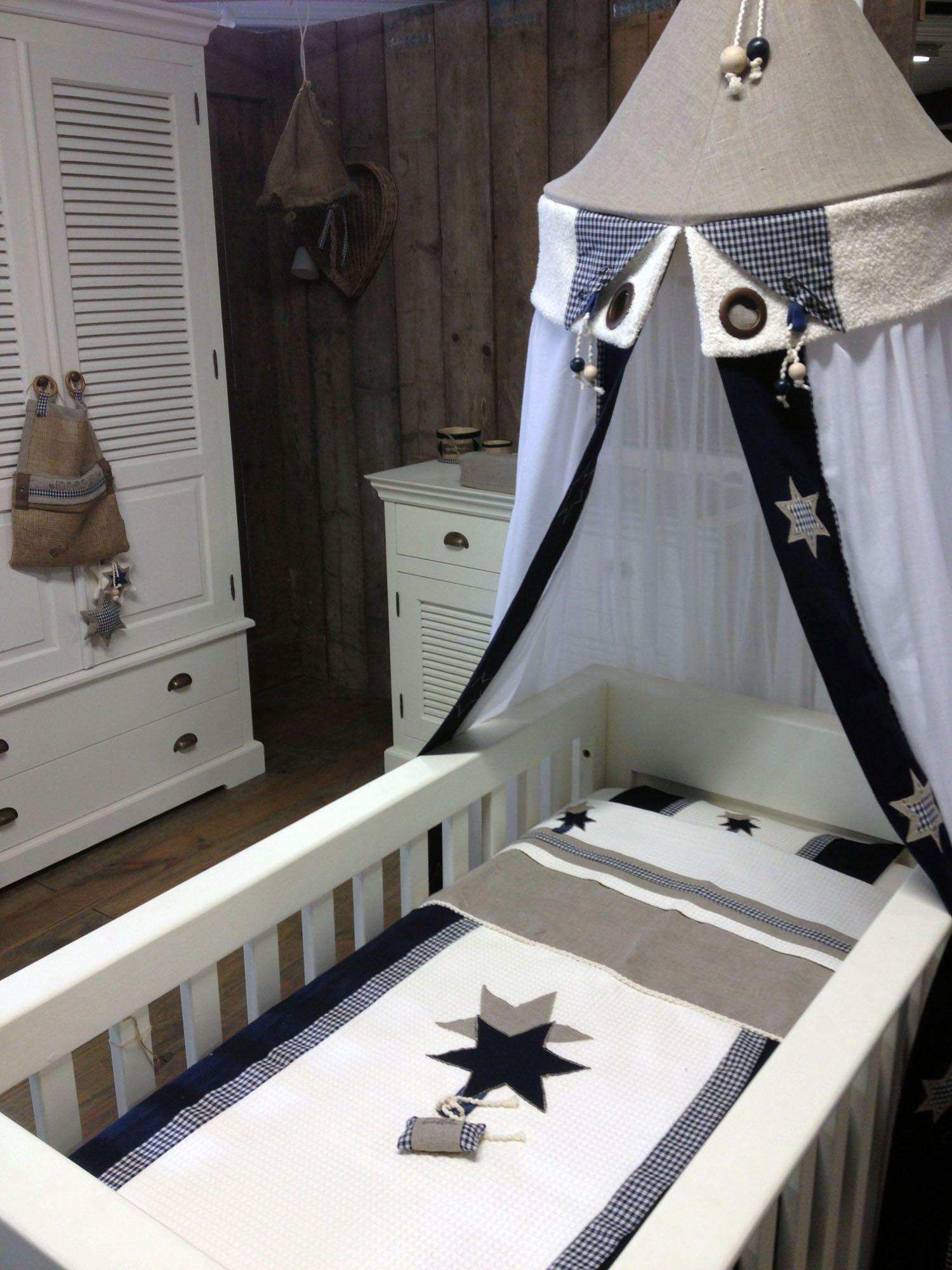 Complete Aankleding Babykamer.Babybed Met Klamboe En Lakentje In Babykamer Donkerblauw Complete