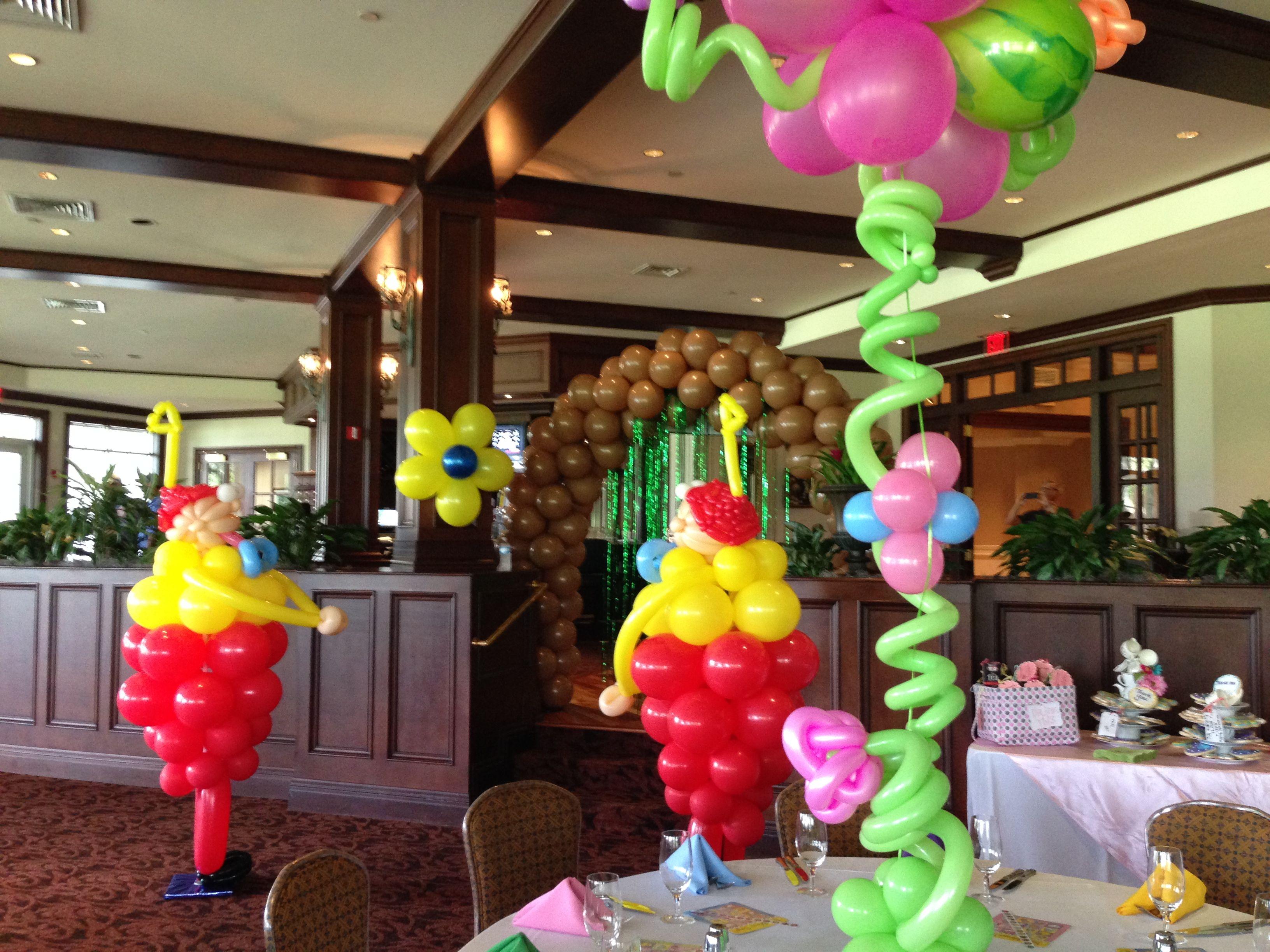 Alice in Wonderland theme party. TweedleDee and Tweedle Dum balloon aculpture. http://www.dreamarkevents.com/wonderland.html