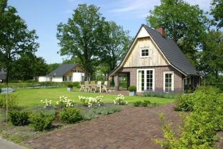 Hof van Salland - Beukelaer Wellness 5 persoons  De zeer comfortabele villa's op vakantiepark Hof van Salland zijn in typisch Twents-Saksische stijl gebouwd. Alle vrijstaande woningen zijn modern ingericht hebben een hoge kwaliteit afwerking en zijn er in diverse soorten en maten. De comfort types is te boeken in een 4-pers. (NL-5117) en is voorzien van alle hedendaagse apparatuur. De 6-pers. accommodatie is er in een XL uitvoering (NL-5120). Deze is groter qua woonoppervlakte en je hebt in…