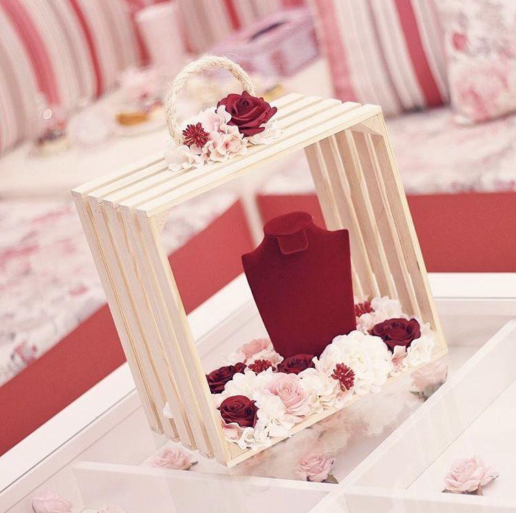 بوكس خشبي مع استاند مزين بالورد الصناعي الفاخر ٢٧٥ ريال جاهز للتسليم وردة Creative Wedding Gifts Creative Gift Wrapping Bridal Shower Gifts
