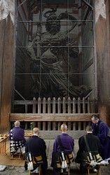 修理のため金剛力士立像の魂を抜く法要をする僧侶たち=奈良市の東大寺で2014年10月6日午前9時55分、久保玲撮影