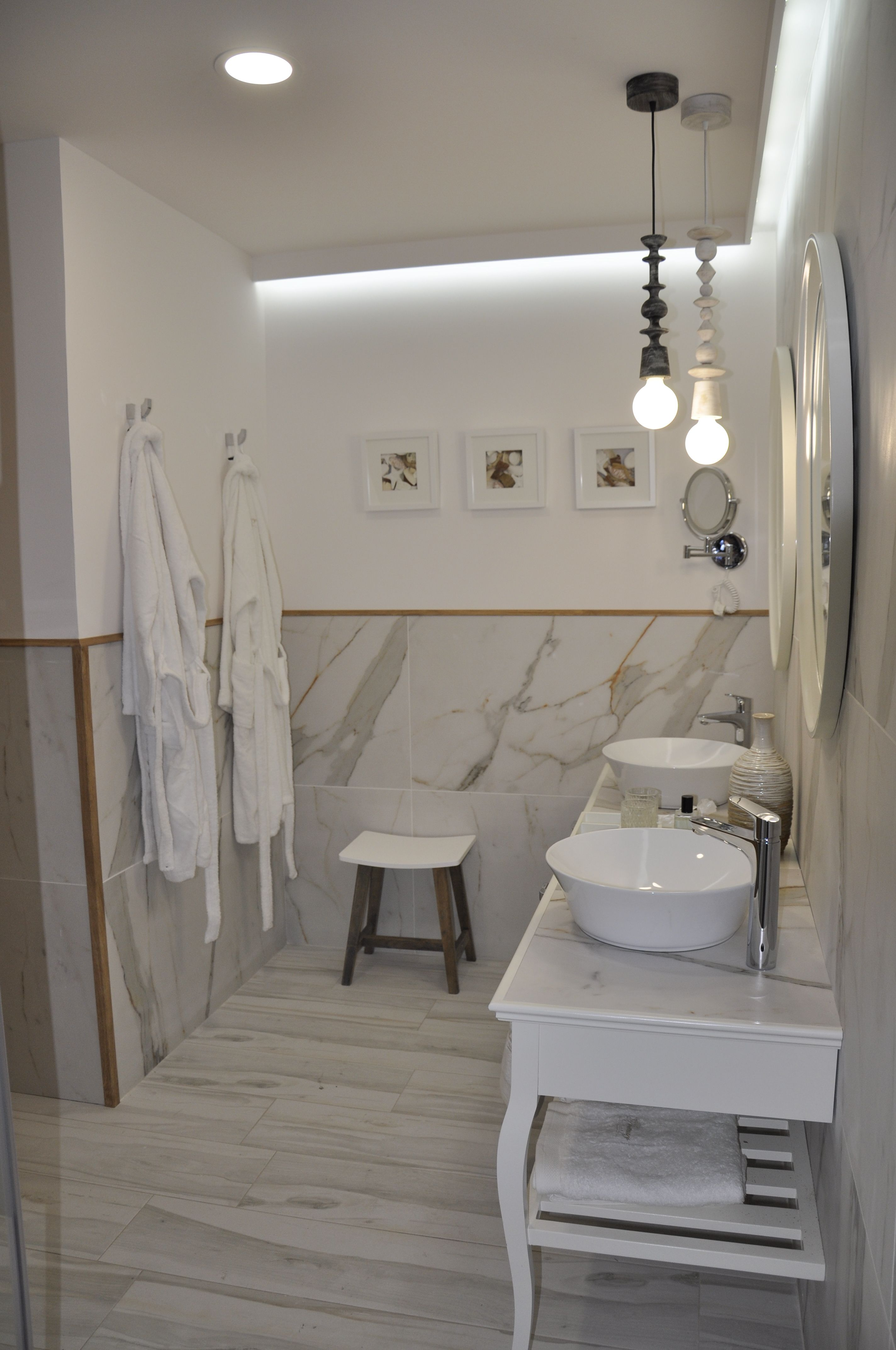 Trendy Bathroom With Marble Effect Ceramic Tiles Bano Moderno Con