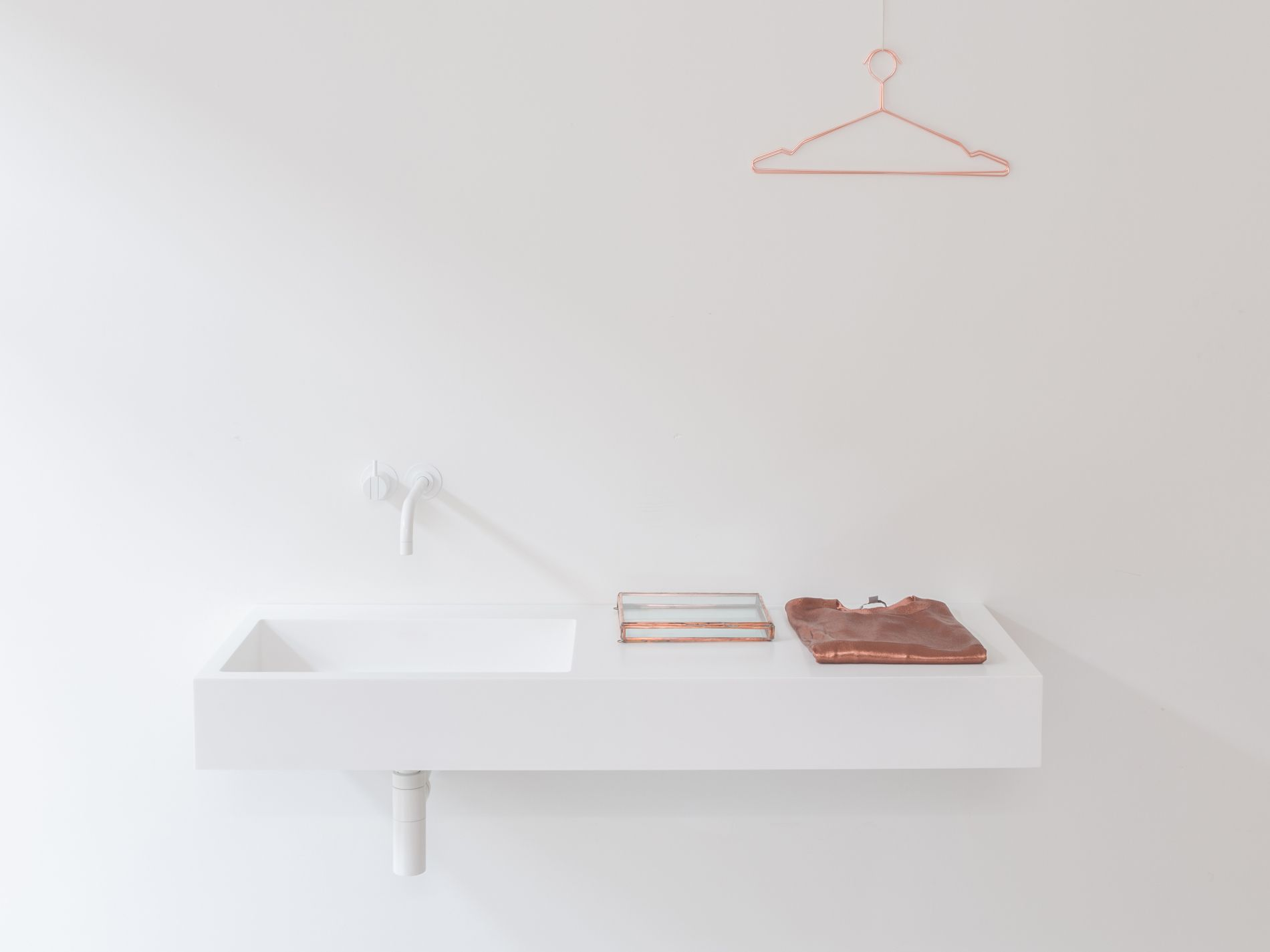 Base basin with copper accessories and white Vola tap