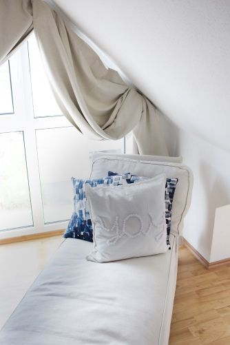 Skandinavisch Wohnen mit Boho-Ethno-Wandgestaltung im Schlafzimmer mit Dachschräge und Familienbett #skandinavischwohnen