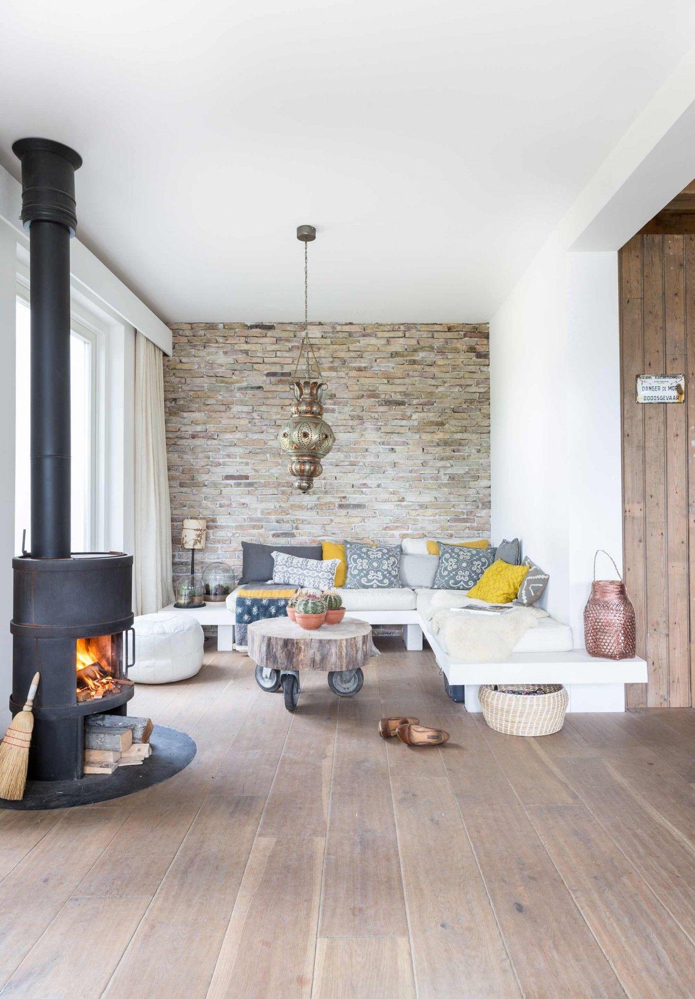 Salon ecolo chic mur en pierre parquet clair ecolo for Deco salon parquet