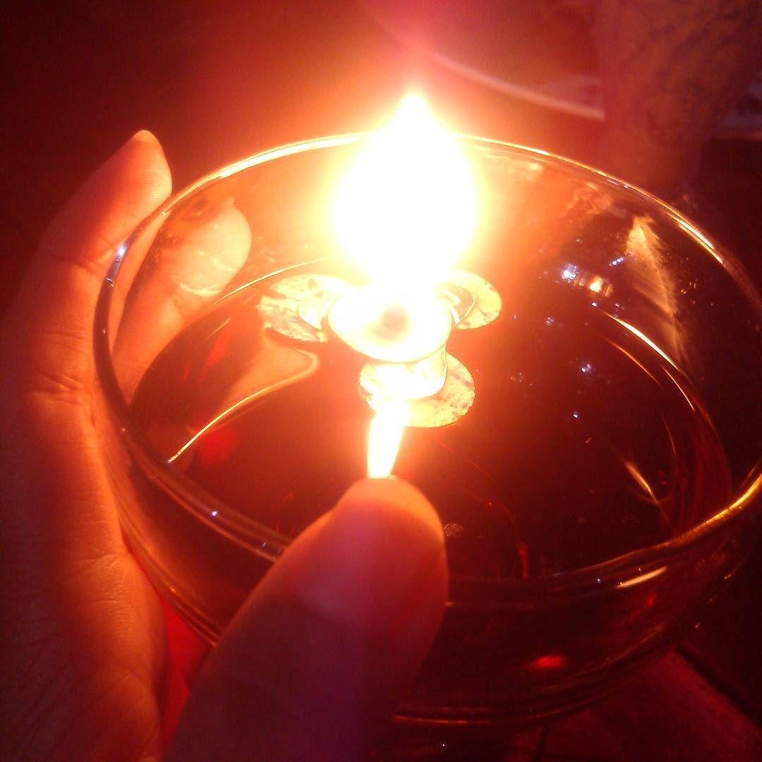 Wardatul Khamro On Instagram Ketika Cahaya Mampu Menerangi Ruang Gelap Ketika Api Mampu Membakar Setiap Kepingan Daun Ker Fotografi Jalanan Lilin Fotografi