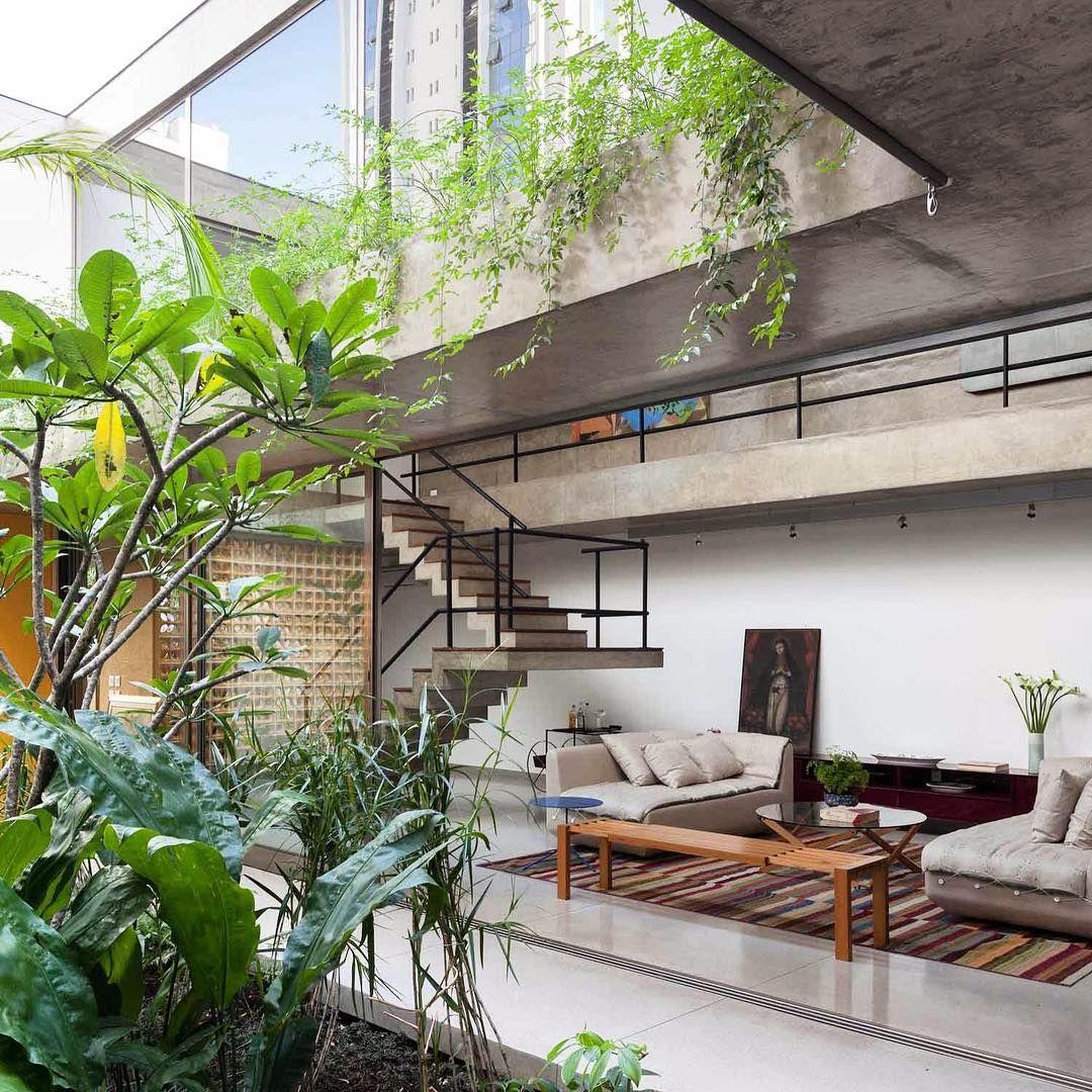 """""""Sala integrada com a Natureza. Em São Paulo por CR2 Arquitetura #inandoutdecor  Integrated room with Nature. In Sao Paulo by #cr2architecture…"""""""