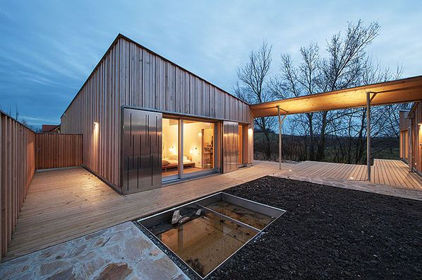 Passivhaus bungalow  Moderner Bungalow - Baufritz Haus - Eingang Holzfassade Flachdach ...