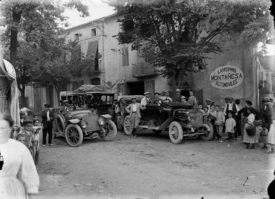 Grupo de gente y coches delante de la Hispano Montañesa. Tremp, años '10 '20…