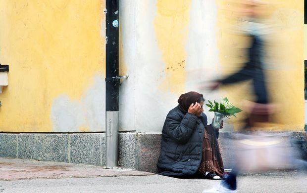 Lontoossa aloitettiin vuoden 2009 toukokuussa erikoinen kokeilu. Kokeilussa kolmelletoista kodittomalle annettiin kullekin 3000 puntaa täysin vastikkeetonta rahaa. Heidän ei tarvinnut tehdä sen eteen yhtään mitään, vaan he saivat sen ilman lisäehtoja, käteisenä. Yksitoista kokeiluun osallistuneesta kodittomista ei enää ollut koditon ensimmäisen vuoden jälkeen – he olivat löytäneet paikan asua. Monet heistä olivat lisäksi löytäneet opiskelu- tai työpaikan.