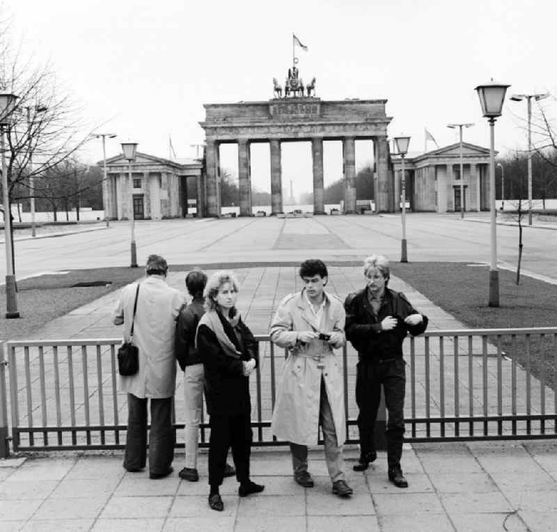 Grenze Fotos Aus Der Ddr In 2020 Hauptstadt Der Ddr Ddr Quadriga Berlin