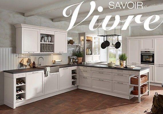 Sie wollen mehr wissen...  So geht moderner Landhausstil: Wenn die weißen, rustikal wirkenden Fronten mit den klaren Linien der Regale in Samtblau kombiniert werden, entsteht eine Küche mit ländlicher Eleganz.