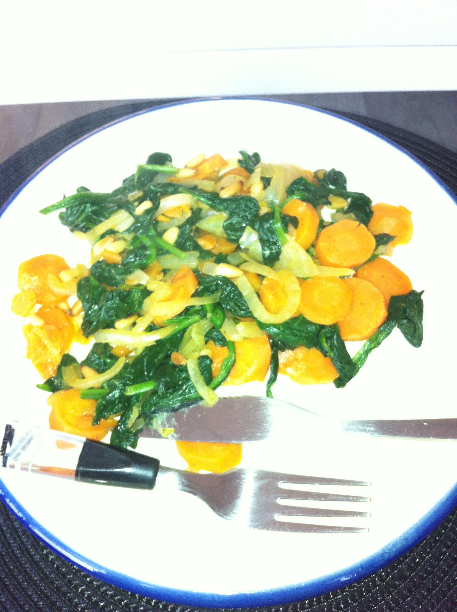Spinazie, wortel, ui, pikante paprika poeder en gegrilde pijnboompitjes