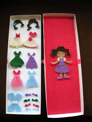 Muñeca de fieltro con vestidos, pelo y complementos intercambiables. Felt doll.