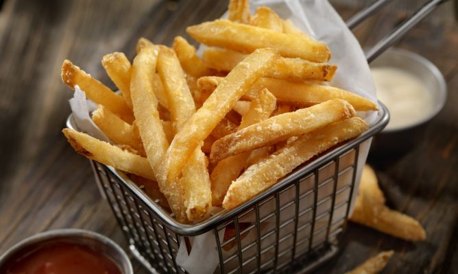Cómo hacer patatas fritas perfectas y trucos para que engorden menos