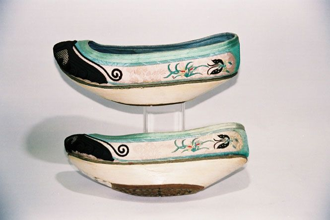 1095 / CHINA / MACAO  LADIES BOATSHAPE SHOES.  ALL SILK UPPER WITH SILK EMBROIDERY, PLASTERED MULTI LAYERED FELT WEDGE, LEATHER OUTER SOLE.  MIDDLE 19TH CENTURY