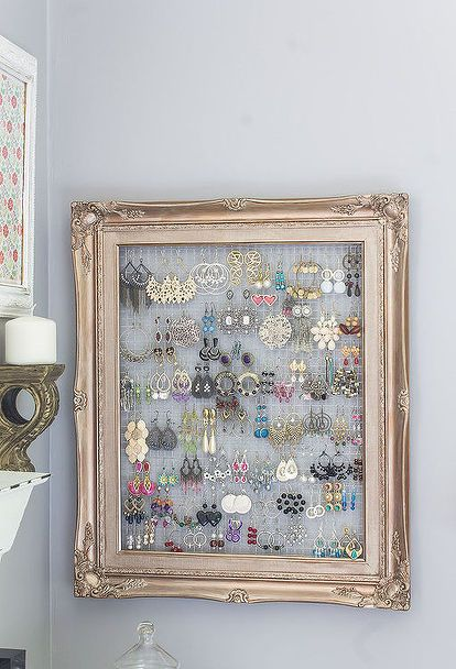 Repurposed Frame and Chicken Wire to Earring Organizer Chicken