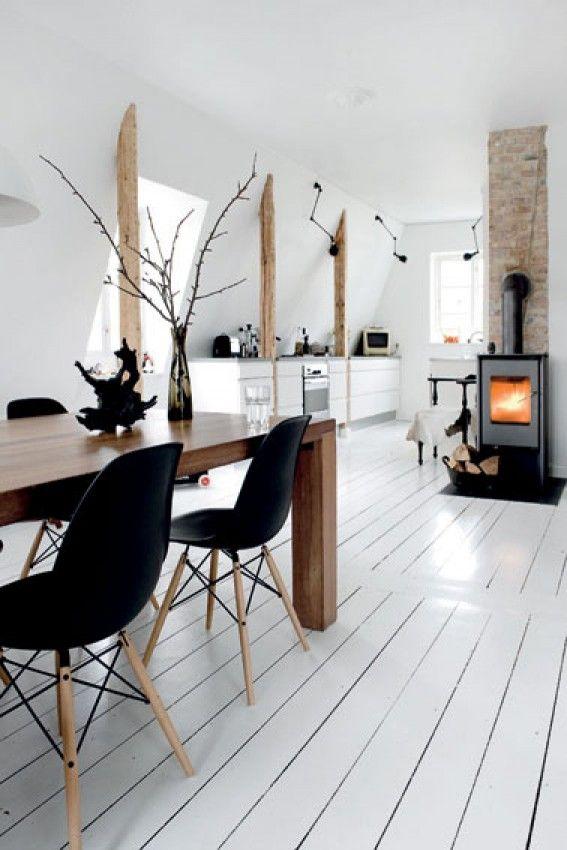 Eetkamer met witte houten vloer en houtkachel. Door Ietje | abode ...