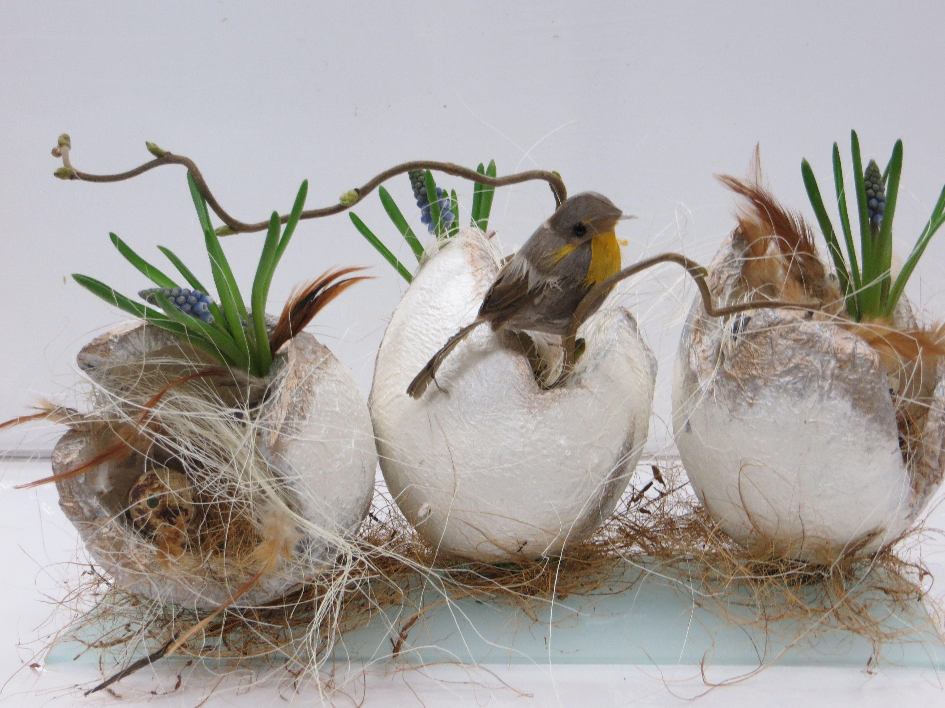 Paas voorbeeld drie eieren gedecoreerd met voorjaar decoratie