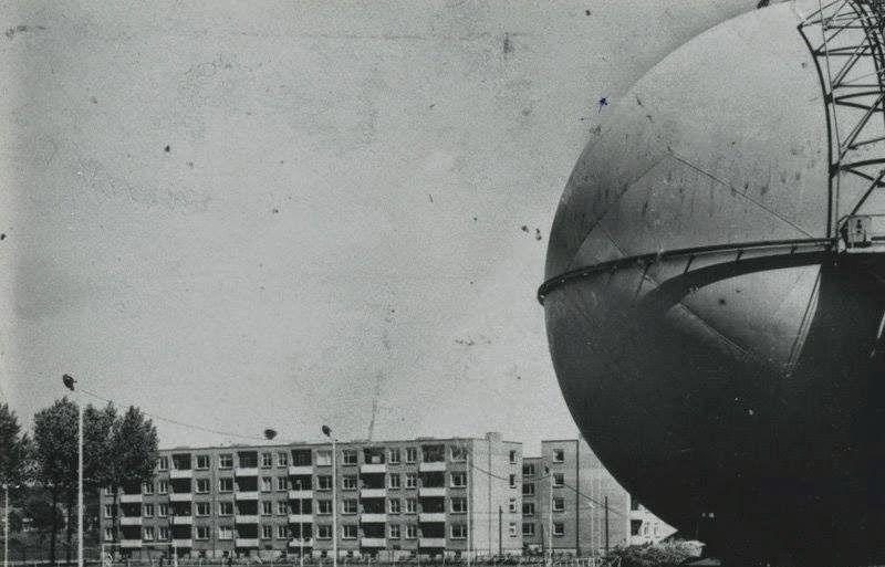 """Heerlen Multimedia: Meezenbroekerweg 1955  In 1955 werd deze """"bolgashouder"""" in gebruik genomen, Een enorme voetbal, wit geschilderd met een gewicht van 210.000 kg en inhoud van 24.000 kubieke, de Nederlandse primeur. Het zou een mooi reclame-object kunnen zijn geweest voor K.E.V., dé voetbal- club van Meezenbroek!  Eeuwig zonde dat de gasbol werd gesloopt. Het zou een prachtig lucratief monument zijn geweest!"""
