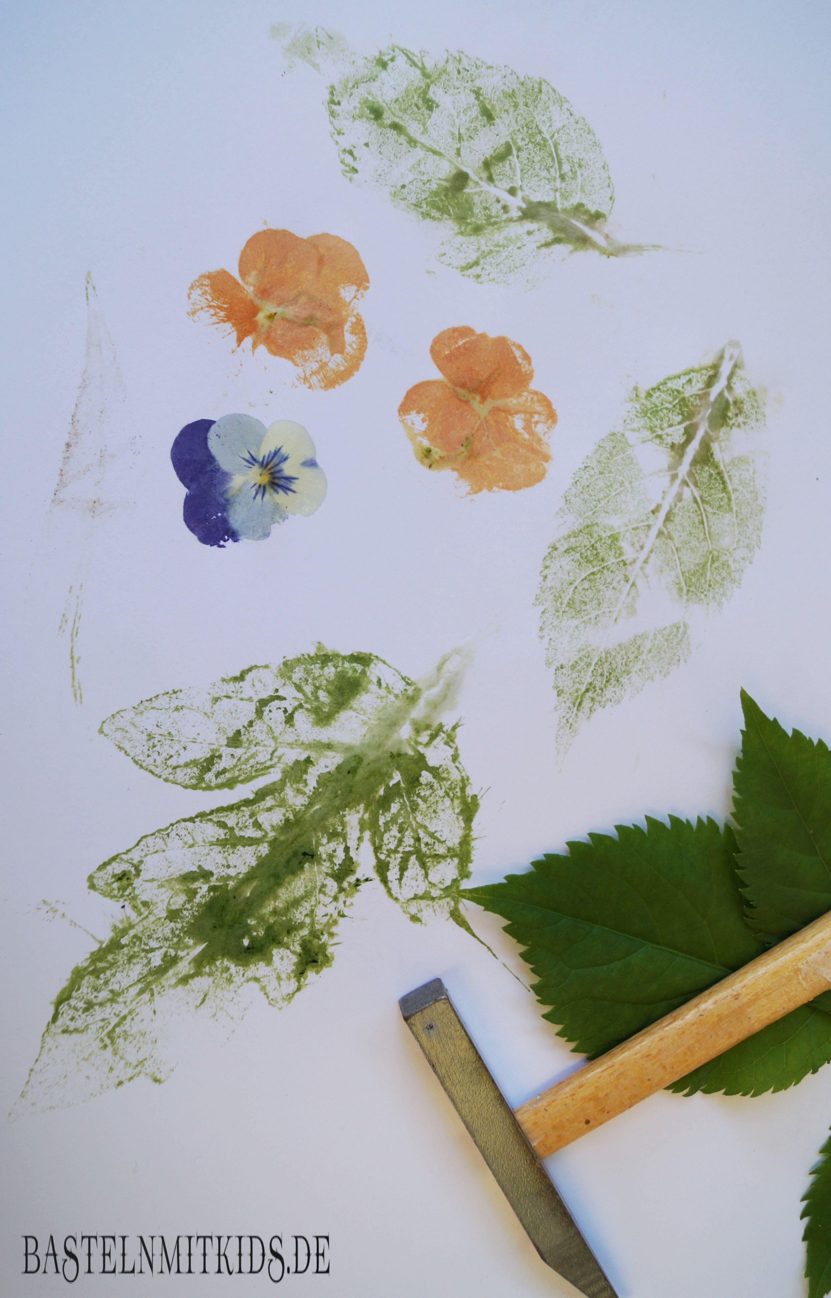 Stempel Blätter Auf Ein Papier Ohne Farben Basteln Mit Kindern Kinder Basteln Papier Blumen Basteln Basteln Mit Papier Dekoration
