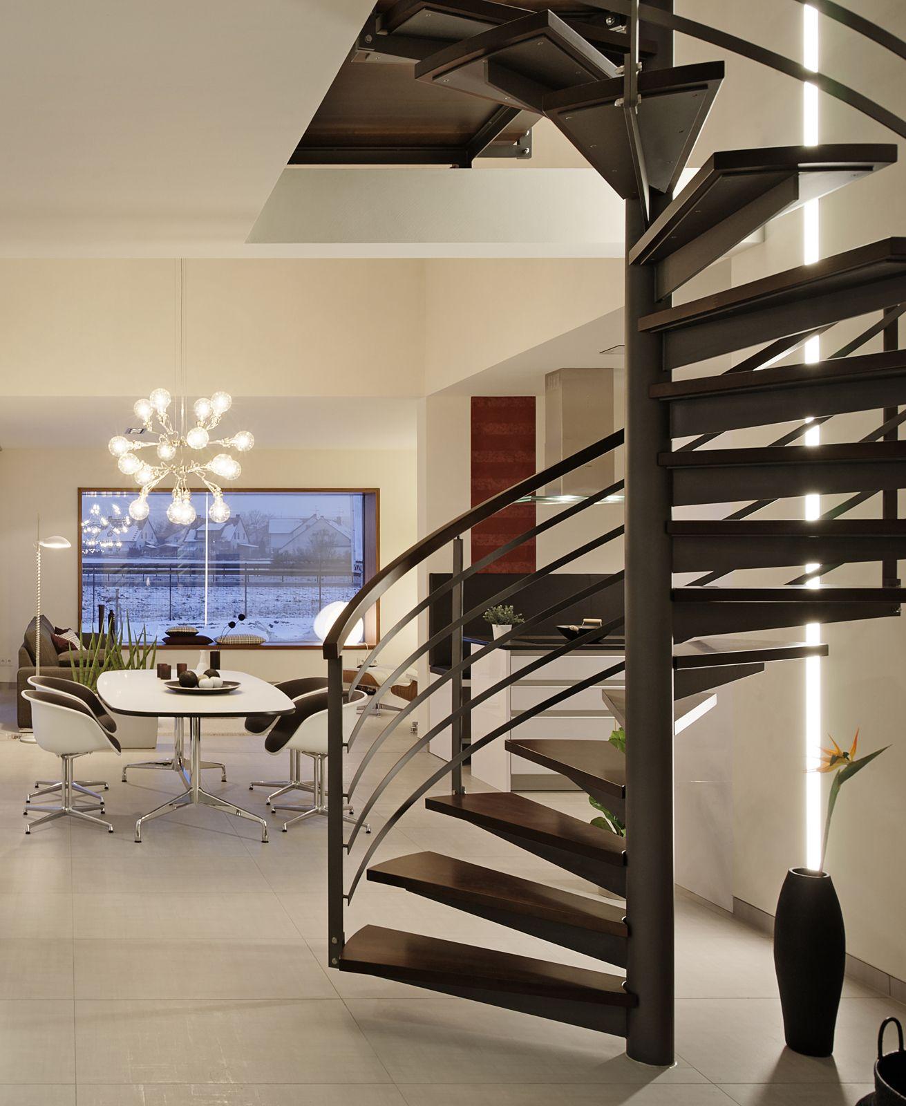 dunkle spiraltreppe mit stufen aus holz und dem gel nder aus metall in unserem luxhaus. Black Bedroom Furniture Sets. Home Design Ideas
