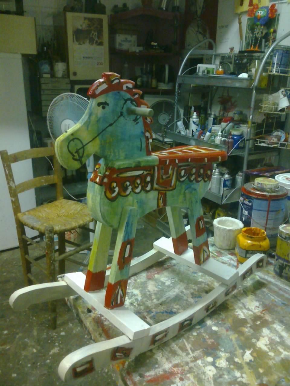 Decoración y puesta en valor de un caballo de madera.