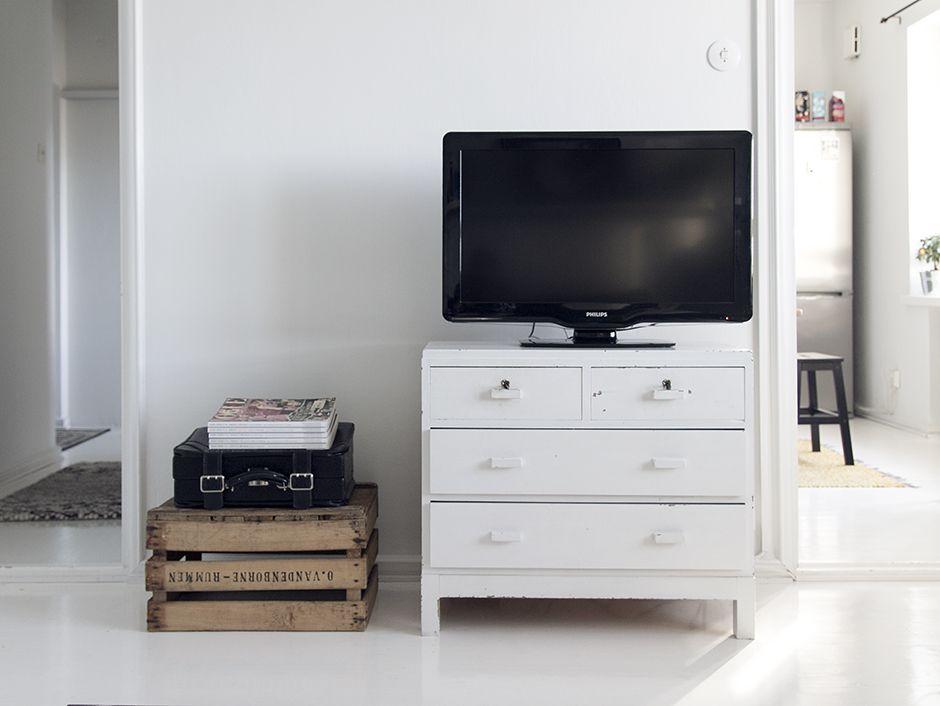 Tv-seinä / vanha lipasto tv-tasona