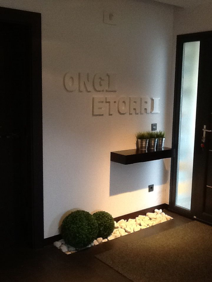 Recibidor decoracion home decor decor y house entrance for Decoracion espejos entrada casa