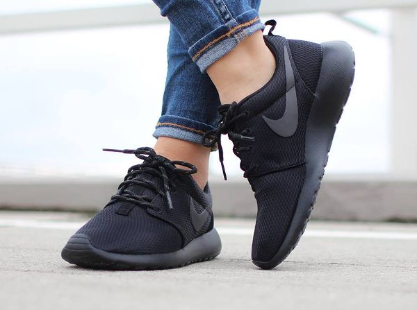 sports shoes 1327b 3f072 Nike Wmns Roshe One Triple Black (2)