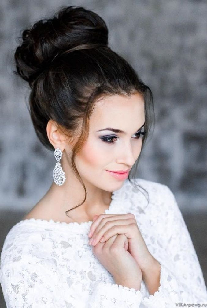 Top Knot Updo wedding hairstyles | Wedding Hairstyle Ideas For the Bride | fabmood.com #weddinghair #bridalhair #hairstyles #upstyle #updo #weddinginspiration #weddingideas #looseupdo