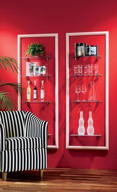 Wie cool: Mit Bilderrahmen und Glas kann man ein spektakuläres Wandregal bauen. Wir zeigen dir, wie es geht.