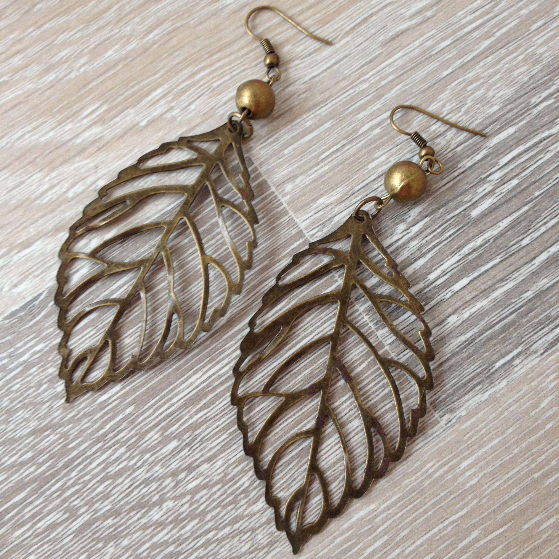 Bronzen oorbellen van 8mm ronde kraal en een filigram blad. Van JuudsBoetiek; €5,00. Bestellen kan via juudsboetiek@gmail.com. www.juudsboetiek.nl.