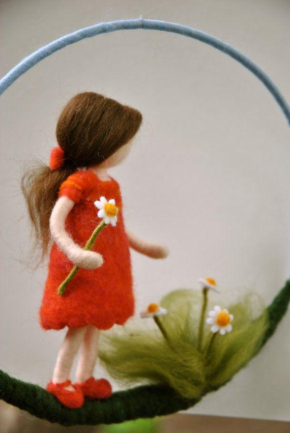 Ähnliche Artikel wie Kindergarten Mobile Waldorf inspirierte Nadel gefilzt: das Mädchen in rot mit Gänseblümchen auf Etsy #needlefelting