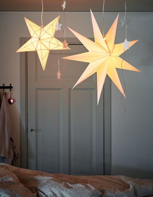 Einrichtungsideen für Weihnachten? Ein Hängeleuchtenschirm an der Decke über einem Tisch oder Bett (die du bei Bedarf auch versetzen kannst) ist eine schöne Möglichkeit. IKEA bietet viele Anschluss-Sets wie HEMMA Lampenaufhängung mit Schiene. #weihnachtenikea