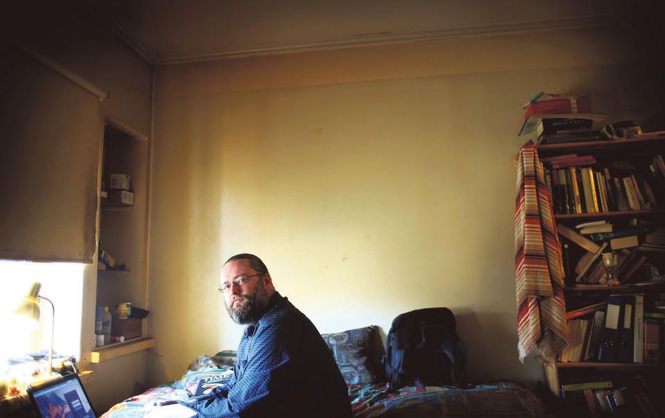 Sampo, 35, on treffisivuston himokas nainen * Sampo Syreeni esittää työkseen nuoria, seksinnälkäisiä naisia. Miesten yksinäisyyttä käytetään maksullisilla treffisivustoilla härskisti hyväksi, hän sanoo.