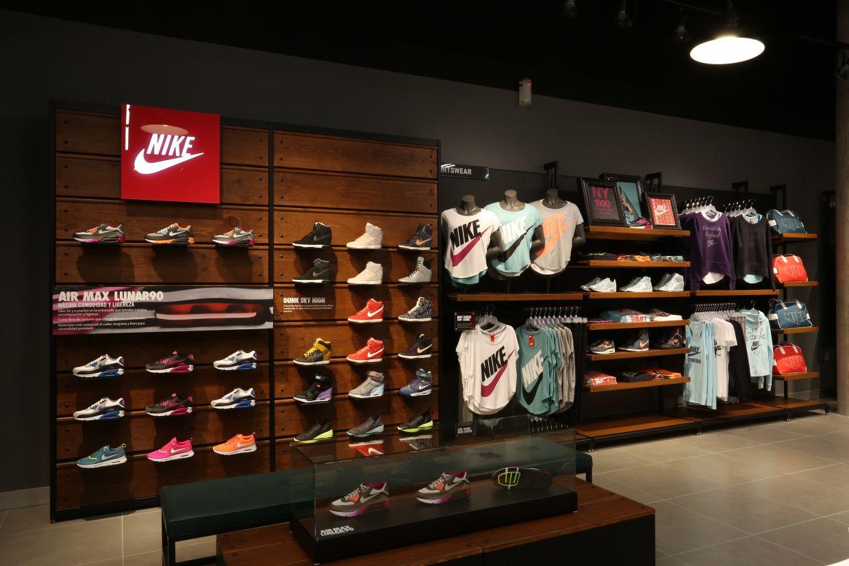 Lo Urbano Llega A Guadalajara En La Nueva Nike Store En 2020 Diseño De Tienda Diseño De Tienda De Zapatos Decoracion Tienda De Ropa