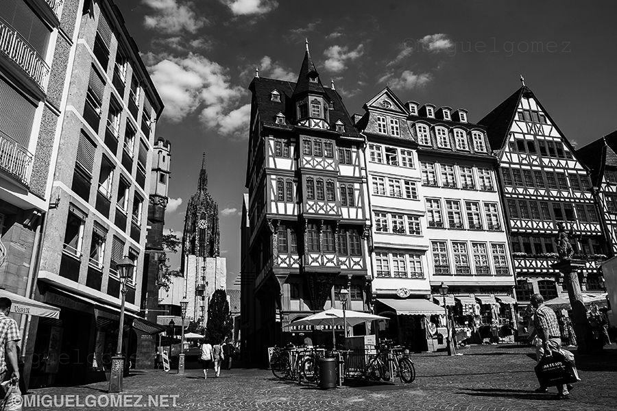 Plaza de Römerberg y Torre de la Catedral de Frankfurt, Alemania. © Miguel Gomez