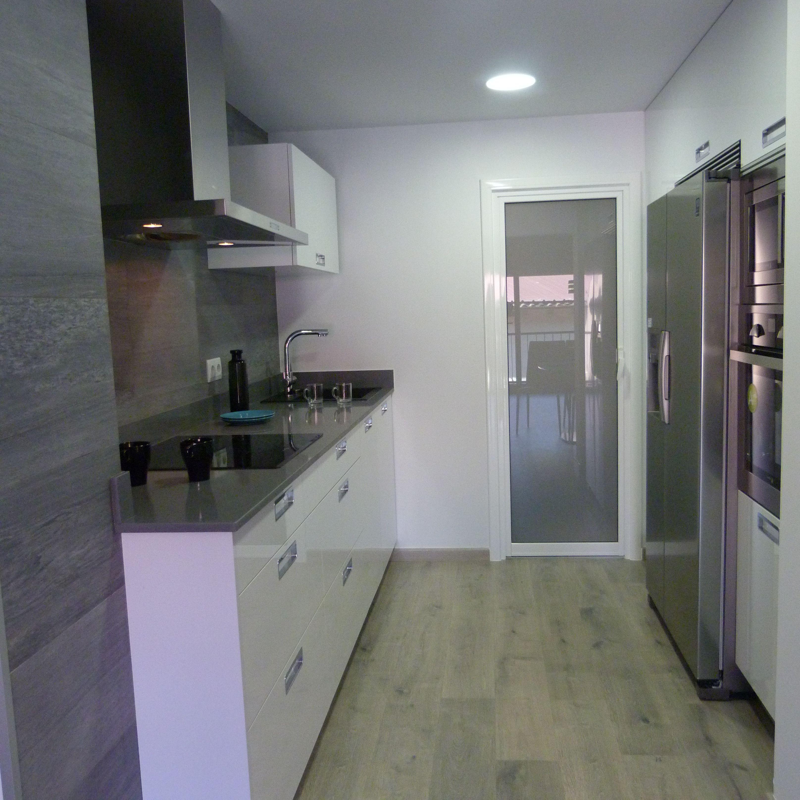 mobiliario cocina SANTOS modelo Plano, blanco brillo, silestone gris ...