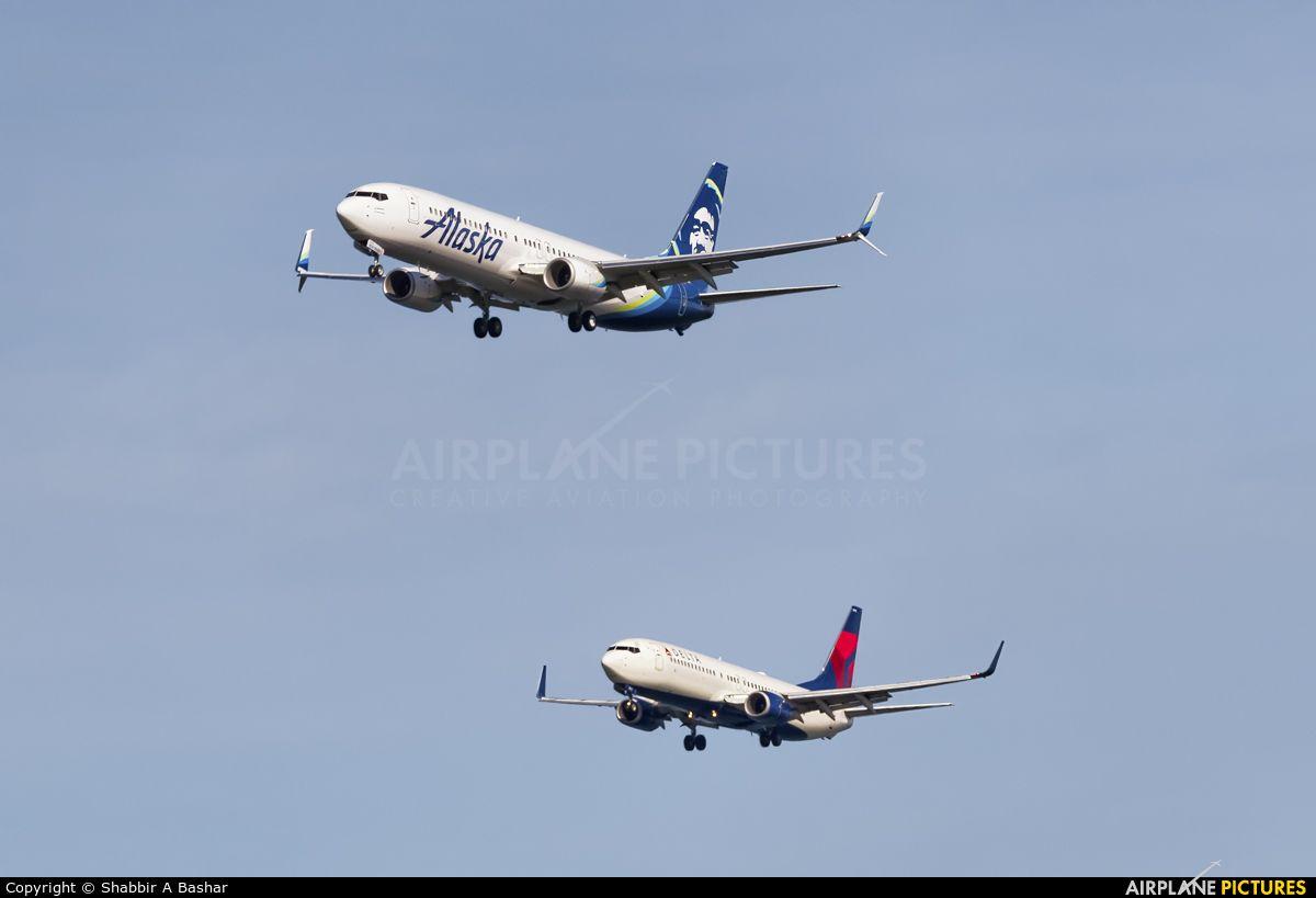 Alaska Airlines N434AS at San Francisco Intl..