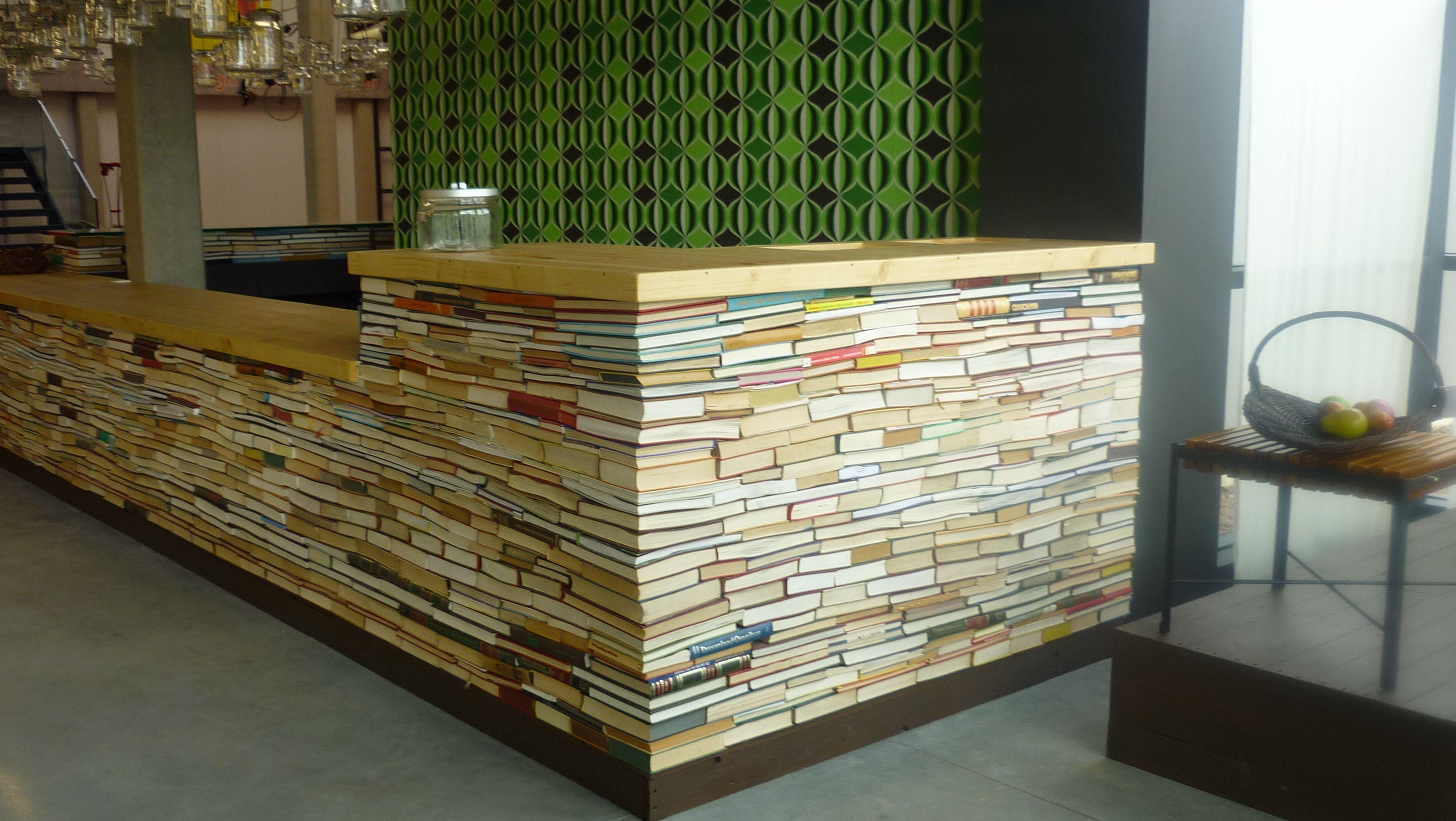 'Kassatoog' opgebouwd met oude boeken.