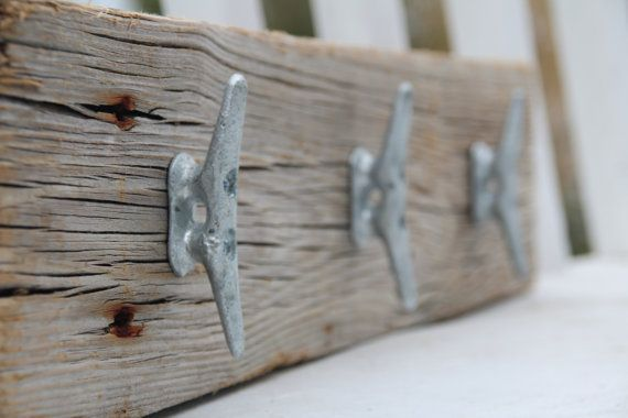 Custom Nautical coat rack with boat cleats, made from reclaimed wood op Etsy, 52,25 €