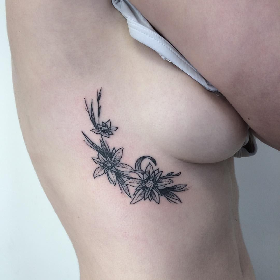 "Craigy Fkn Lee på Instagram: ""Some edelweiss flowers for Emma, thanks for sitting like a rock! Done at @union.tattoo for bookings hit me up at - iknowcraig@hotmail.com #btattooing #blacktattoo #blackworkerssubmission #wellington"""