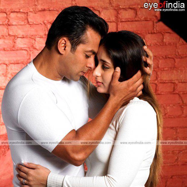 Salman Khan Cuddling Kareena Kapoor  Salman Khan, Khan -7287