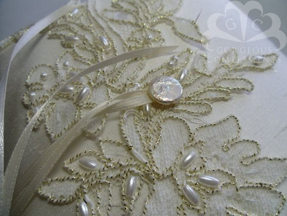 Ivory Ring Bearer Pillow with Alencon Lace por GorgeousComplements