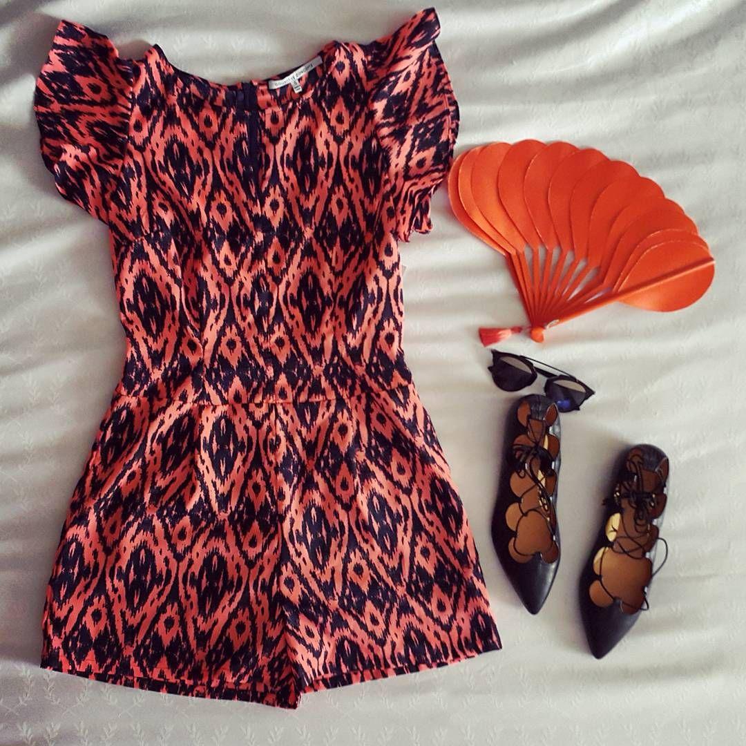 """Dressing the mind!! """" cuando nos vestimos no sólo estamos cubriéndonos, estamos vistiendo la mente """" Palabras de la talentosisima Intelectual de la moda @vanessarosales_   Breakdown del look del día: Short Jumpsuit estampado, acompañado de estos hermosos iconos, Abanico Naranja de @michubags, #soreal Sunglasses by #Dior y las hermosas Flamenco Ballerinas de @danielalcarazshoes  #fashion #shortjumpsuit #lookoftheday #panama #travel #danielalcarazshoes #michubags #orange #mundodecolor"""