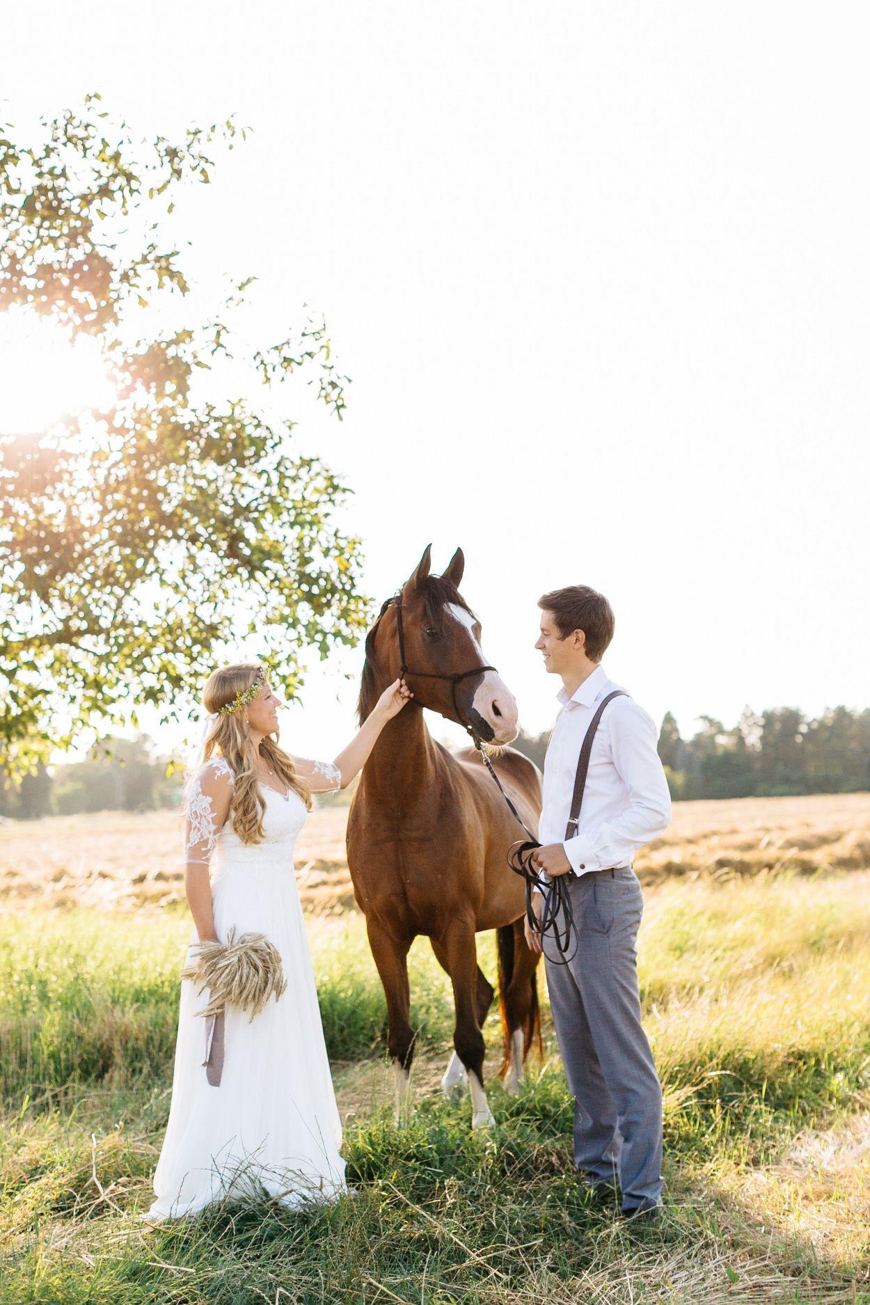 After Wedding Shooting Mit Pferd Und Boho Flair Hochzeitsblog The Little Wedding Corner Hochzeitsfoto Pferd Hochzeit Fotografieren Pferde Hochzeit