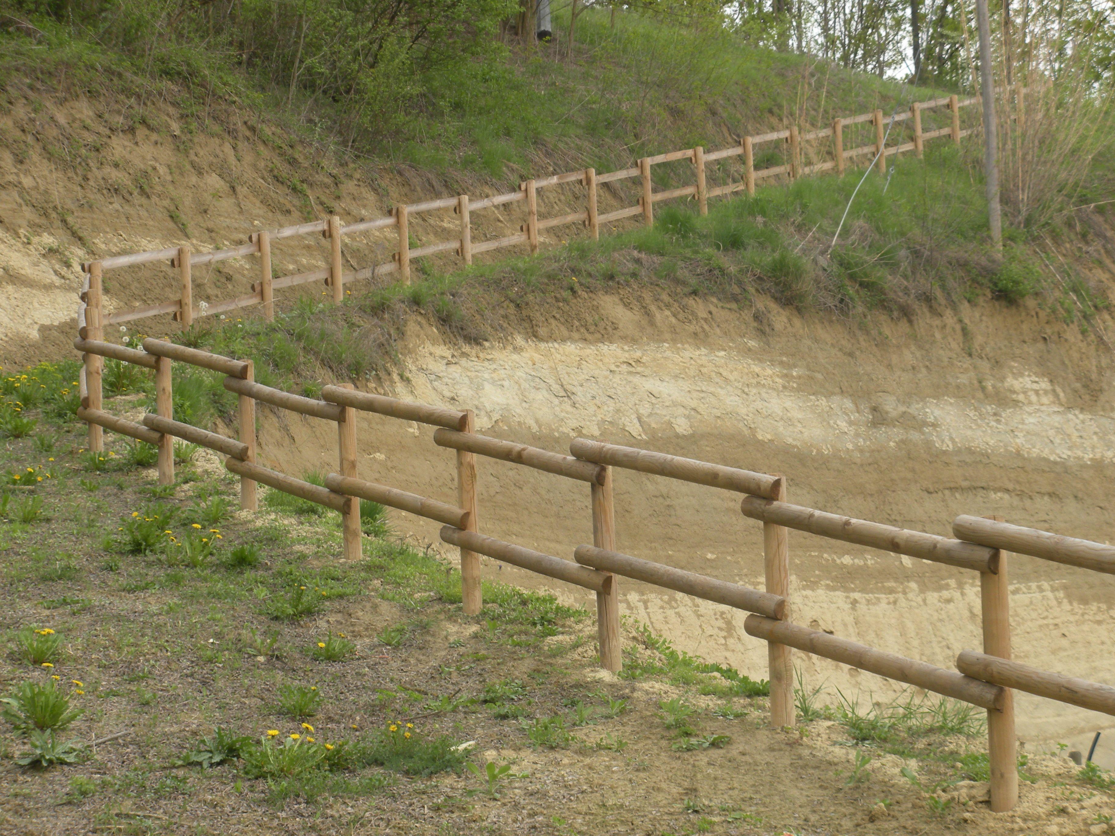 Recinzioni Per Case Di Montagna recinzione in legno di pino a mezzi pali . #sentiero